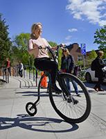 – Alla vi som jobbar här kan bli bättre på att leva som vi lär själva, säger Martina Knutsson som testar höghjulingen på Karolinska institutets Cykeldag. Hon tar gärna en friskvårdstimme då och då, men bidraget har hon inte utnyttjat. Foto: Anders Wiklund/TT