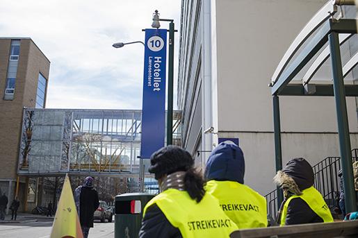 Oslo 20160425. Streikevakter utenfor UllevÂl hotell pOslo universitetssykehus mandag ettermiddag. Foto: Fredrik Varfjell / NTB scanpix / TT / kod 20520