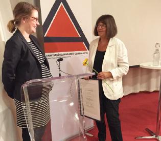 Malin Nilsson tar emot Rudolf Meidnerpriset av Anna Hedborg. Foto: Liv Beckström