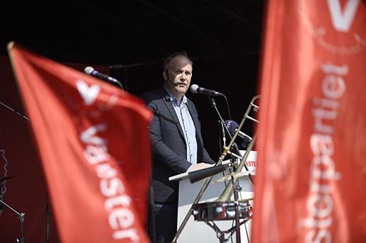 MALM÷ 2016-05-01 V‰nsterpartiets ledare Jonas Sjˆstedt hÂller tal i Slottsparken i Malmˆ pfˆrsta maj Foto Bjˆrn Lindgren / TT / Kod 9204