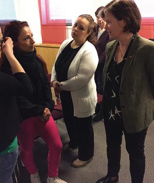 Emine Gunes undersköterska diskuterar heltid och lön med S partisekreterare Carin Jämtin. Foto: Liv Beckström