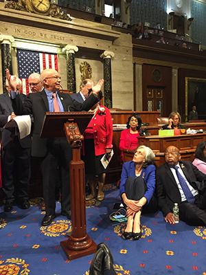 Demokratiska kongressledamöter sittstrejkar i representanthuset. Foto: AP)