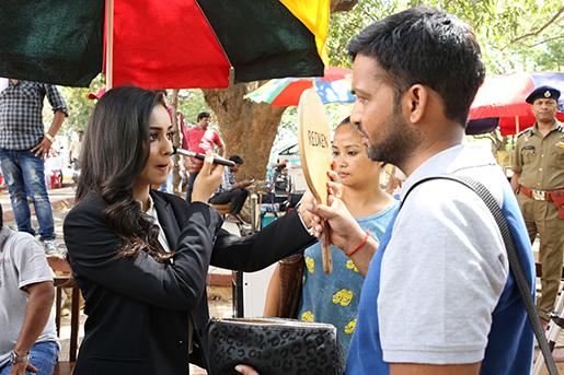 Tridha Choudhury sminkar sig inför inspelning.