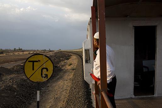 En vakt på ett tåg som fraktar vatten genom den torkedrabbade delstaten Maharashtra. Foto: AP /Manish Swarup