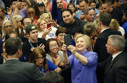 """Hillary Clinton tar en """"selfie"""" med anhängare i San Bernardino, Kalifornien.  Foto: AP/John Locher"""