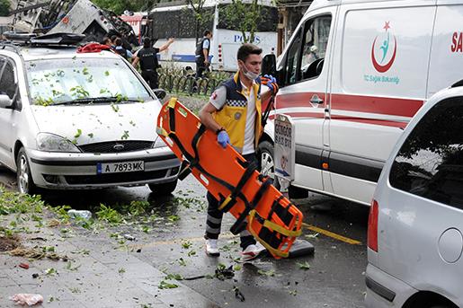 En räddningsarbetare på väg till attentatsplatsen. Foto: DHA via AP