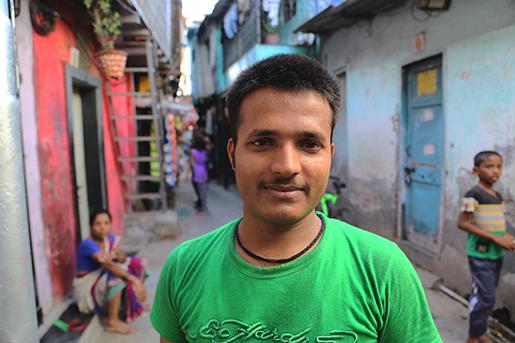 Harishchand Nishad utanför sitt hus.