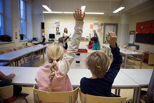 STOCKHOLM 20141217 TvlÂgstadieelever i Ârskurs 2 r‰cker upp handen under en lektion i Sofia skola Foto: Jessica Gow / TT / Kod 10070