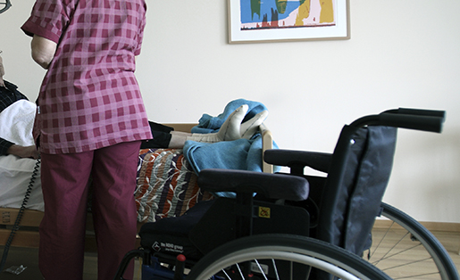 SUNDSVALL 2008-10-31 MELLANNORRLANDS HOSPICE Zara-Marie Wickstrˆm, underskˆterska, med Kjell ÷dlund, g‰st pHospice. Foto: Ralf Bergman / SCANPIX kod 60140 *** UPPDRAG LO-lotidningen ***