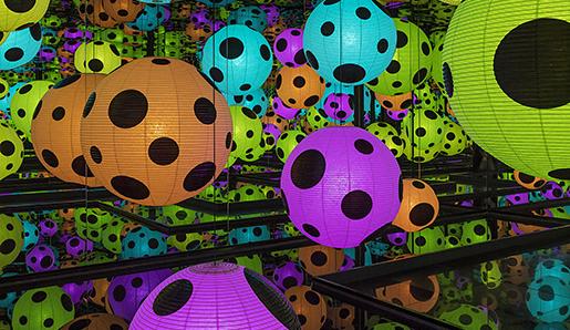 Yayoi Kusama, Infinity Mirrored Room - Hymn of Life, 2015 Installation, mixed media. 300x617,5x617,5 ©Yayoi Kusama Courtesy of Ota Fine Arts, Tokyo/Singapore, Henie Onstad Kunstsenter, Oslo, Victoria Miro Gallery, London and David Zwirner, New York Photo: Vegard Kleven/HOK
