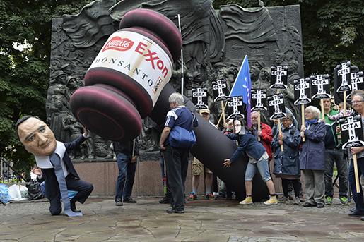 STOCKHOLM 20160617 Demonstration pNorra Bantorget under LO-kongressen. Foto Jonas Ekstrˆmer / TT / kod 10030