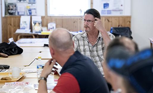 Engagerade diskussioner på Byggnads studiecirkel i Haninge. Foto: Marcus Ericsson/TT