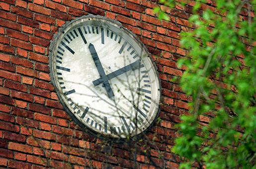 ©SCANPIX SWEDEN, 2001-05-10. Klocka pskola i Stockholm. Pbilden ses en klocka ptegel-v‰gg. 11.10. Foto: Peter LydÈn/SCANPIX Code: 61340
