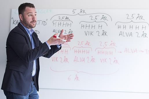 STOCKHOLM 2016-05-23 Magnus Lundgren, jurist pTCO, fˆrklarar lagen om anst‰llningsskydd (LAS) genom en skiss pen whiteboardtavla. Foto: Erik Nylander / TT / kod 11540