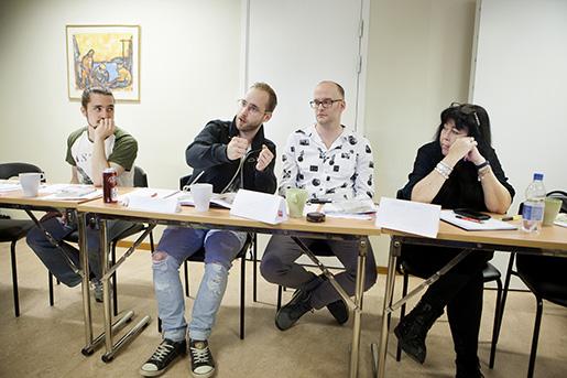 """""""Jag kan påverka direkt i facket"""", säger Sebastian Dahlqvist som precis har börjat engagera sig fackligt i Seko på Comhem i Härnösand. Johan Bergström, IF Metall, och Sebastians Comhem-kollegor Jerry Svedin och Mona-Lill Larsson lyssnar."""