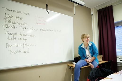 Kursledaren Elisabeth Hjorth har listat kännetecknen för en demokratisk stat. Foto: Mats Andersson/TT