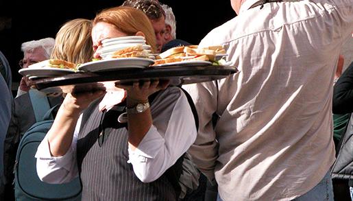 STOCKHOLM 20030416 Servitris med fullastad serveringsbricka puteservering. Foto: Stefan Gustavsson / SvD / SCANPIX Code 30042