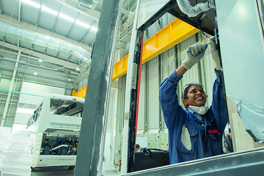 Suma är yngst av de 61 kvinnor som arbetar på Scanias bussfabrik.Foto: Anders Eliasson/Industribilder.se