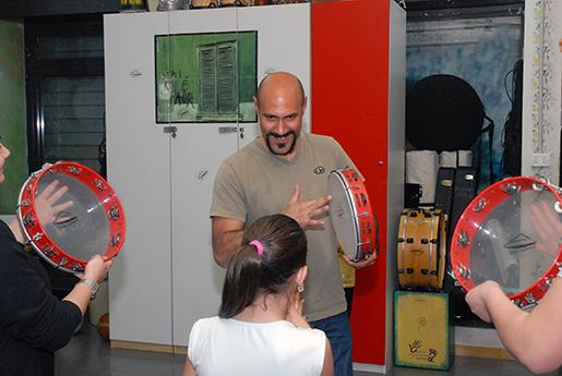 Salvatore Bruno spelar på tamburiner tillsammans med ungarna på centret Impronte. Det fungerar som en fritidsgård som uppmuntrar till utbildning.Foto: Kristina Wallin