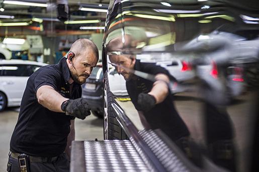 """En stor del av Rickard Nilssons arbetstid som bilmekaniker består av felsökning. """"Det kan ta lång tid.""""Foto: Emil Langvad/TT"""