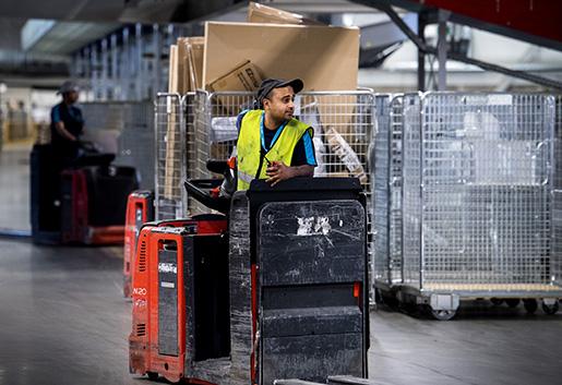 Oli Ullah Khan trivs med stämningen på paketterminalen. Men de ständiga effektiviseringskraven stressar.Foto: Marcus Ericsson/TT