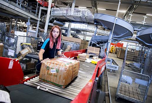 Amanda Tesarz är en av 500 anställda på paketterminalen i Veddesta. Foto: Marcus Ericsson/TT