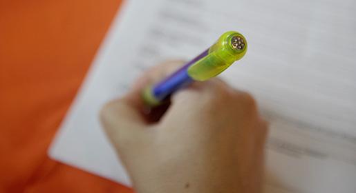 STOCKHOLM 20080808 En kvinna skriver under ett kontrakt Foto: Jessica Gow / SCANPIX / kod 10070