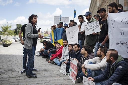 – De nyanlända kommer att gå med på vilka jobb som helst samtidigt som de inte kan vårt system, säger Rascha Daoud, demonstrationssamordnare och studievägledare för nyanlända, om riskerna med att jobb är ett krav för att få stanna längre än 13 månader.