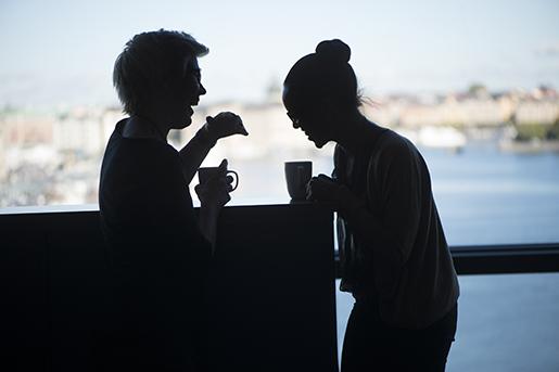 STOCKHOLM 20131003 Pkontoret. Tvskrattande kvinnor diskuterar arbete under en fikapaus pjobbet. Foto: Fredrik Sandberg / TT / Kod 10180