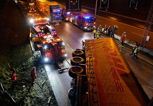 E4:an i januari 2016. En omkullvält lastbil blockerar motorvägen och långa köer har bildats. Två personer som färdades i lastbilen fördes till sjukhus. Foto: Marcus Ericsson / TT