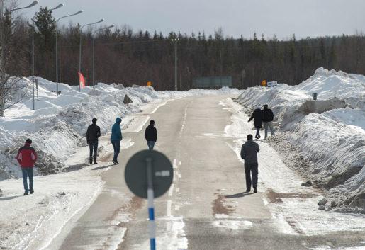 Nya invånare. I Pajala finns ett stort flyktingboende, som gett jobb till många Pajalabor. Men frågan är om de nyanlända kommer att stanna kvar i kommunen. Foto: Fredrik Sandberg/TT