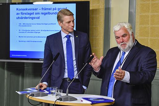 STOCKHOLM 20160926 Finansmarknadsminister Per Bolund och utredaren Patric Thomsson presenterar premiepensionsutredningen vid en presstr‰ff pmÂndagen. Foto: Anders Wiklund / TT / kod 10040