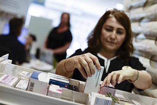 STOCKHOLM 20160524 Uppdrag Arbetet. Bilder till Arbetsdagen med en receptarie. Butikschefen pBoots apotek i Huddinge centrum. Foto: Pontus Lundahl / TT / kod 10050