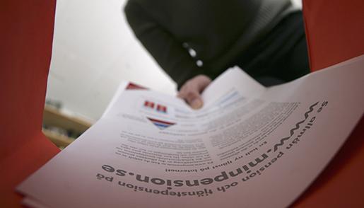 STOCKHOLM 20070220 Dags fˆr det orange kuvertet. ≈rsbesked av PPM pensionen. H‰r plockar en kvinna det ur kuvertet. Foto Fredrik Sandberg / SCANPIX / Kod 10180