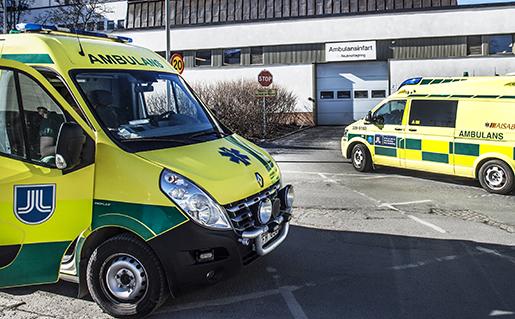 STOCKHOLM 2015-03-12 Tvambulanser framfˆr ambulansinfarten till akutmottagningen pSˆdersjukhuset, S÷S Foto: Tomas Oneborg / SvD / TT / Kod 30142 ** OUT DN och Dagens Industri (‰ven arkiv) och Metro **