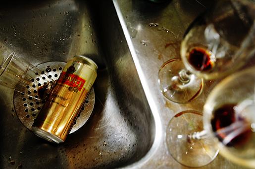 STOCKHOLM 20100510 Urdruckna vinglas pdiskb‰nk och en tom ˆlburk i diskho efter en fest.. Foto Martina Holmberg / TT Kod 10033