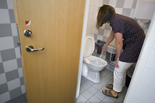 STOCKHOLM 20080617 En st‰dare gˆr rent toaletten pen arbetsplats Foto: Claudio Bresciani / SCANPIX / Kod 10090