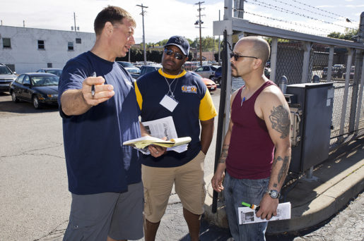 Robert Struckman och Marlon Williamson från stålarbetarfacket försöker få fler Clintonröster bland arbetarna på Astro Shapes.