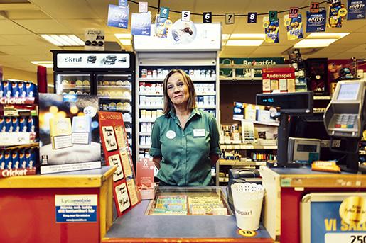 Styr bolaget – och säljer lotter. Kerstin Rosell jobbar till vardags i kiosken på Coop Forum i Falkenberg. Foto: Anders Andersson