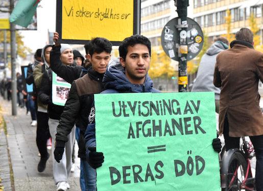 """STOCKHOLM 2016-10-22 Demonstranterna passerar Hornsgatan i Stockholm. En manifestation mot de hÂrdare asylreglerna pÂgÂr i Stockholm. Ett 100-tal personer ‰r pv‰g till fots frÂn Tumba station mot Sergels torg i Stockholm en str‰cka pn‰ra tre mil d‰r en demonstration ska hÂllas 15.0017.00. Arrangˆren, ett n‰tverk som kallar sig #vi stÂr inte ut, uppger ocksatt demonstrationer ska hÂllas p14 andra orter i olika delar av landet under lˆrdagen. N‰tverket skriver i ett pressmeddelande att det kr‰ver att Sverige """"ÂtergÂr till att fˆlja barnkonventionen"""", """"slutar tvinga barn i asylprocessen att bevisa sin Âlder fˆr att fskydd"""", """"stoppar inhumana tvÂngsavvisningar"""", """"infˆr humana asyllagar"""" och """"bara skriver Âterv‰ndandeavtal med s‰kra mottagarl‰nder"""". S‰rskilt kritiserar n‰tverket det nya Âtertagandeavtalet mellan Sverige och Afghanistan. Foto: Lars Schrˆder / TT / Kod 10510"""