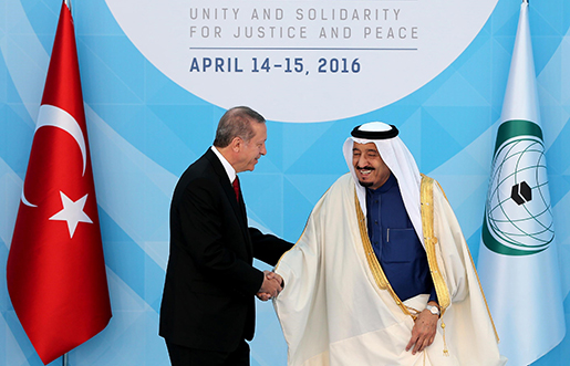 Rivaler om ledarskapet skakar hand. Recep Tayyip Erdogan hälsar Saudiarabiens kung Salman välkommen till OIC-mötet i Istanbul i april i år.Foto: TT-AP