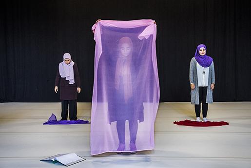 Repetitionsbild ur Svenska hijabis: Benin Al-Najjar, Ruhani Islam, Maryam Dinar, Sarah Ameziane och Shama Vafaipour ställer sig upp på scenen och berättar om sina liv i föreställningen som de format tillsammans med America Vera-Zavala.Foto: Lars Pehrson/svd