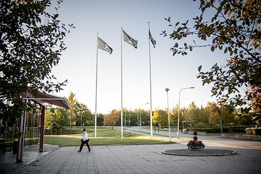KUMLA 20161005 Flaggor vid Ericssons fabrik i Kumla. Foto: Pavel Koubek / TT kod 11380