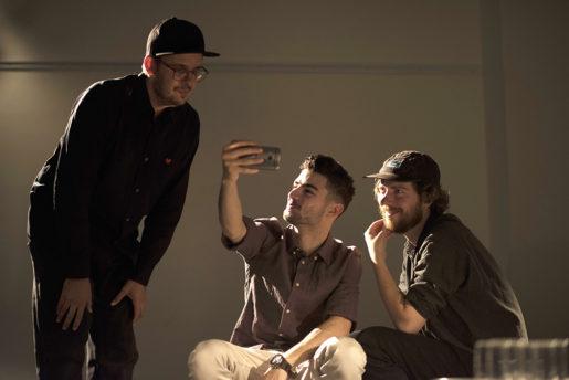 Marwan tar en selfie med kollegorna på Dramaten innan föreställning.