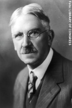 """John Dewey (1859–1952) var en amerikansk filosof, psykolog och pedagog. Han myntade bland annat begreppet """"learning by doing""""."""