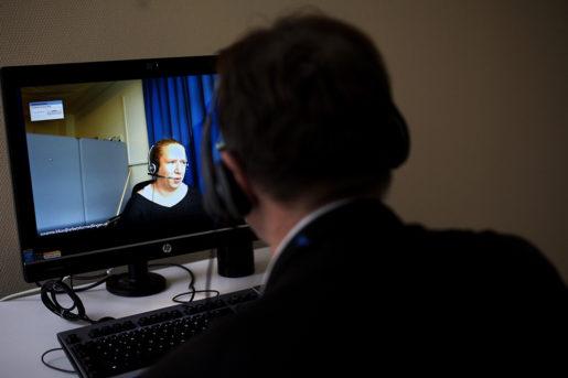 Arbetsförmedlaren Susanne Kikas sitter i Sollefteå och träffas via videolänk.