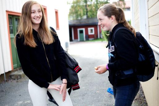 Lovisa Theander och Frida Pollack går i åttan på Smedbacksskolan.