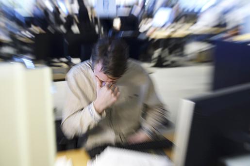 STOCKHOLM 20160314 Stressad man sitter vid dator i kontorslandskap. Foto: Henrik Montgomery / TT / kod 10060