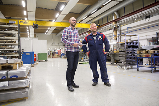 När fabriken skulle byggas ut kostade det inte så mycket mer att få till bra ventilation eller att sätta upp rejält med ljus i fabriken, berättar Robert Norberg (till höger).Här tillsammans med Foto: Johan Gunséus