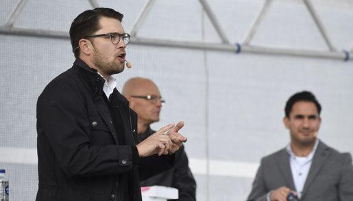 BROM÷LLA 20160930 SD:s partiledare Jimmie ≈kesson (pbilden) och civilminister Ardalan Shekarabi (S) debatterar om lagfˆrslaget i offentliga upphandlingar i Bromˆlla Foto: Bjˆrn Lindgren / TT kod 9290